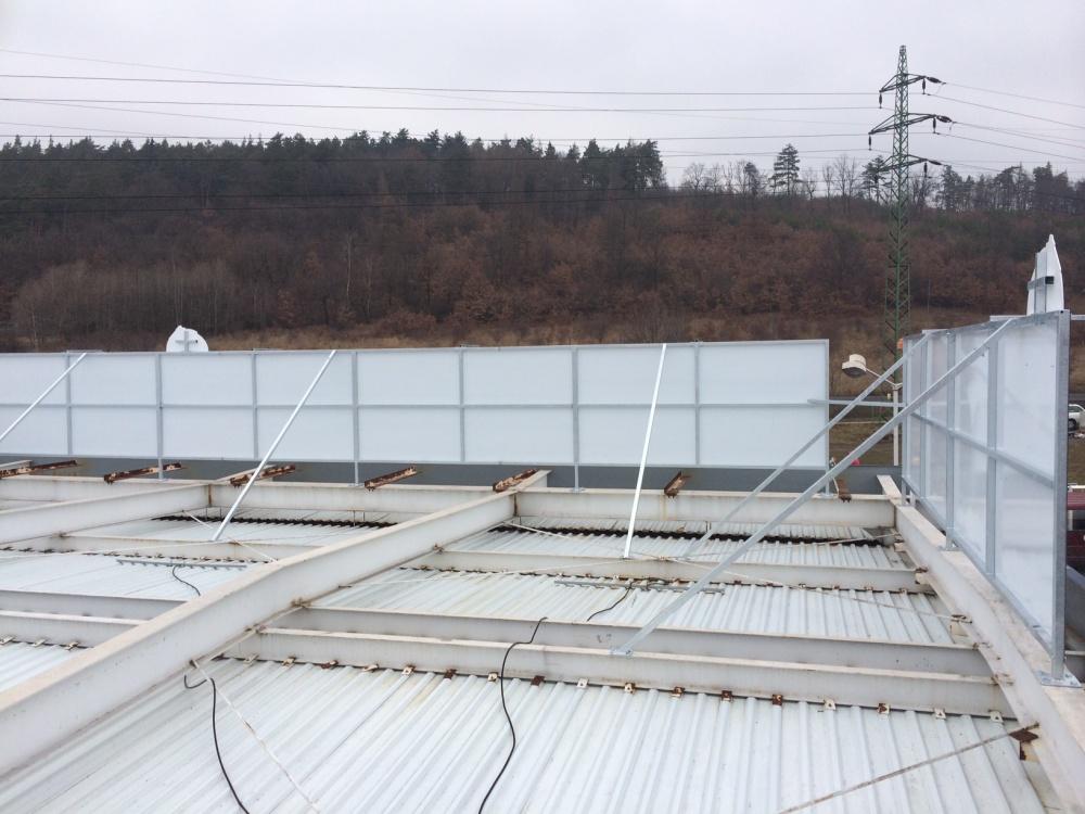 Kovová reklamní konstrukce - instalace na střeše