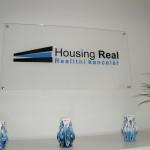 Výroba prezentačního plastového loga na zeď - Housing Real s.r.o.