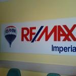 3d logo na stěně Remax