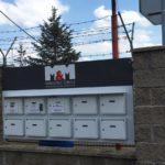 orientační systém na vratech budovy
